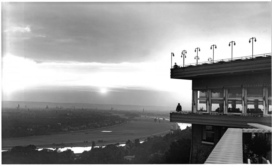 """Der """"Luisenhof"""", auch """"Balkon von Dresden"""" genannt, um 1930. Historische Ansichtskarte von Walter Hahn"""