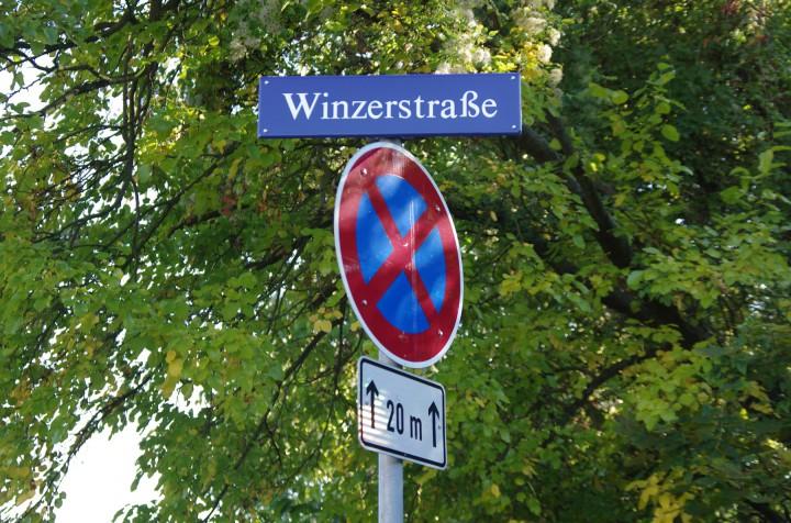 Die Winzerstraße erinnert an die Regional- und Flurgeschichte. Mit einer Änderung würden sich auch die Anschriften von Schule und Kindergarten ändern – Aufwand unbekannt. Foto: Jürgen Frohse