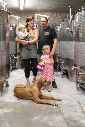 Winzer-Familie Müller jun. im neuen Weinkeller. Foto: Peter Weidenhagen