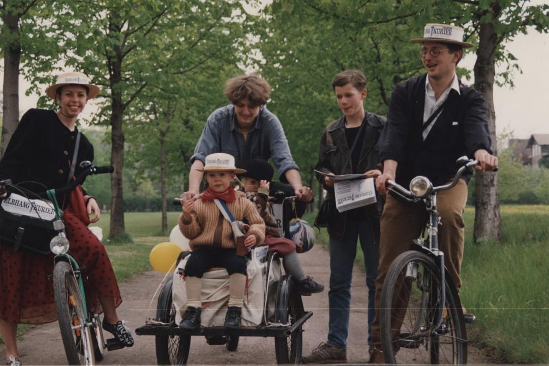 Bärbel Friebel, Jürgen Frohse (mit Töchtern), Ulli Bohle und Holger Friebel beim Ausfahren von Ausgabe 2 im Mai 1992 auf der Maillebahn in Pillnitz.