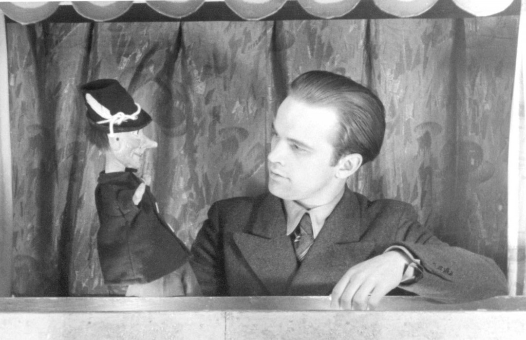Jochen Weber-Unger mit seinem Kasper, 1947. Foto: Archiv Weber-Unger