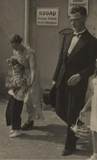 Erhard Woog (fiel im Zweiten Weltkrieg) 1938 vor der Eingangstür Grundstraße 3 anlässlich der Hochzeit seiner Schwester (nicht im Bild) Foto: B. Woog./ unbekannter Fotograf (Sammlung Götz)