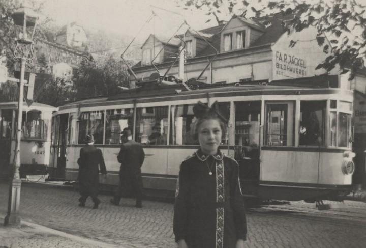 """Endhaltestelle Grundstraße 3, um 1940, vorn Roselotte Schlutter, die mit ihrer Familie damals im """"Ratskeller"""" wohnte. Foto: unbekannter Fotograf (Sammlung Götz)"""