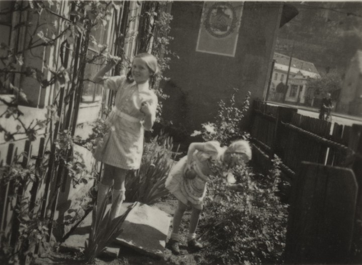 """Die Kinder Annelies und Karin Woog spielen um 1955 im """"Gärtchen"""" des Hauses. Foto: B. Woog./ unbekannter Fotograf (Sammlung Götz)"""