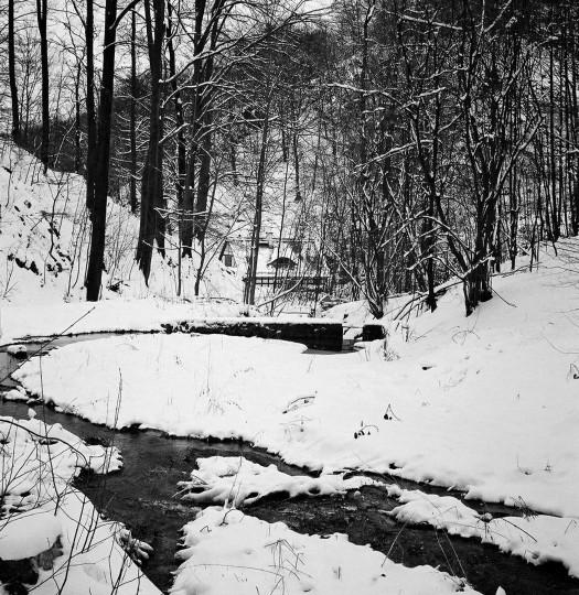 """Winterlicher Blick über den """"Stausee"""" mit der 1964 gebauten und noch heute vorhandenen Staumauer sowie der Pappritzmühle im Hintergrund, März 2005 Foto: Jürgen Frohse"""