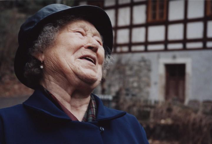 Die 94-jährige Erna Schneider lebt seit über fünfzig Jahren im Wachwitzgrund und trägt ihr Herz auf der Zunge.  Foto: Jürgen Frohse