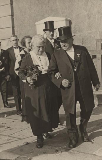Selma und Arthur Gruhl zur Hochzeit von Gretel Knackfuß mit Bruno Becker, 1935 an der Loschwitzer Kirche. Foto: Elbhang-Photo-Galerie (Edith Tackmann)