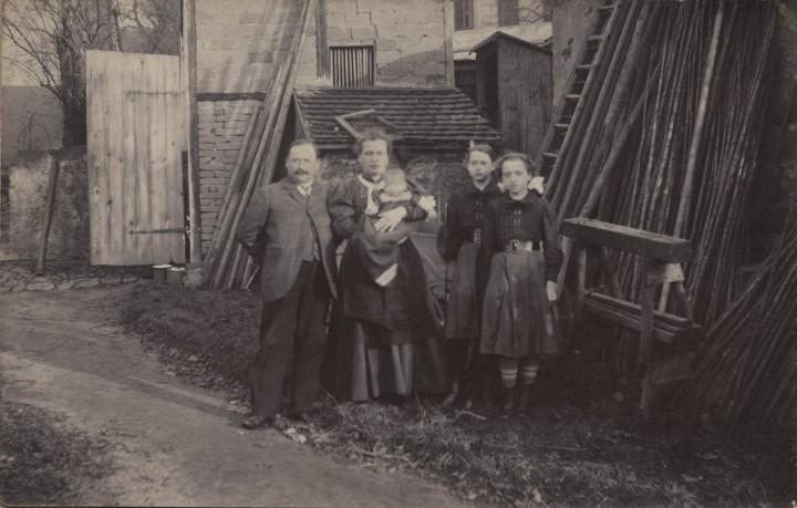 Familie Gruhl in ihrer Gärtnerei, Pillnitzer Landstraße 82, um 1914. Foto: Archiv Elbhang-Photo-Galerie (Edith Tackmann)