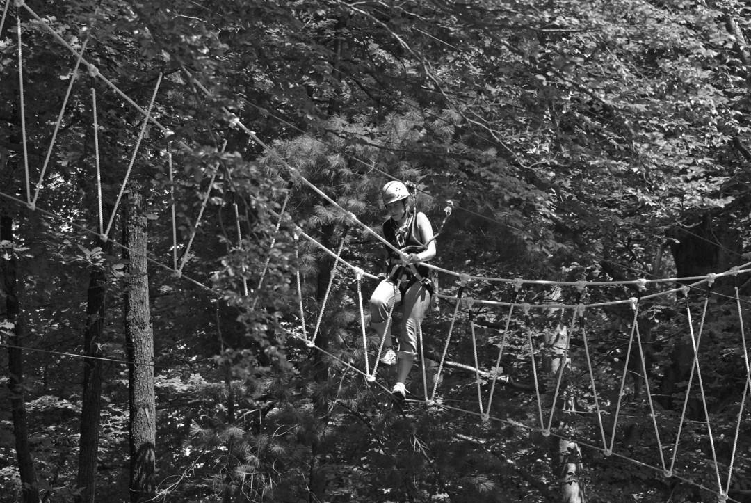 Kletterwege führen über wacklige Hängebrücken. Kinder zwischen 5 und 14 Jahren können in Begleitung Erwachsener die Parcoure meistern. Fotos: Jürgen Frohse