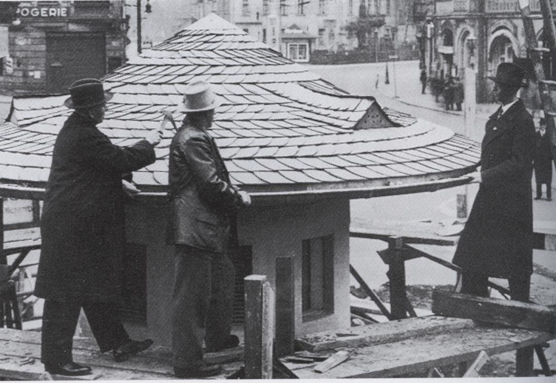 Dachdeckermeister Herda ließ es sich 1930 nicht nehmen, die letzte Dachschindel auf dem neu errichteten Umspannhäuschen am Schillerplatz selbst anzunageln. Seinerzeit verstand man es, eine Dachgaupe kunstvoll einzubinden (hier in Korrespondenz zu den Dauchgaupen am Gasthof Blasewitz). Foto: Sammlung Jochem Mosch