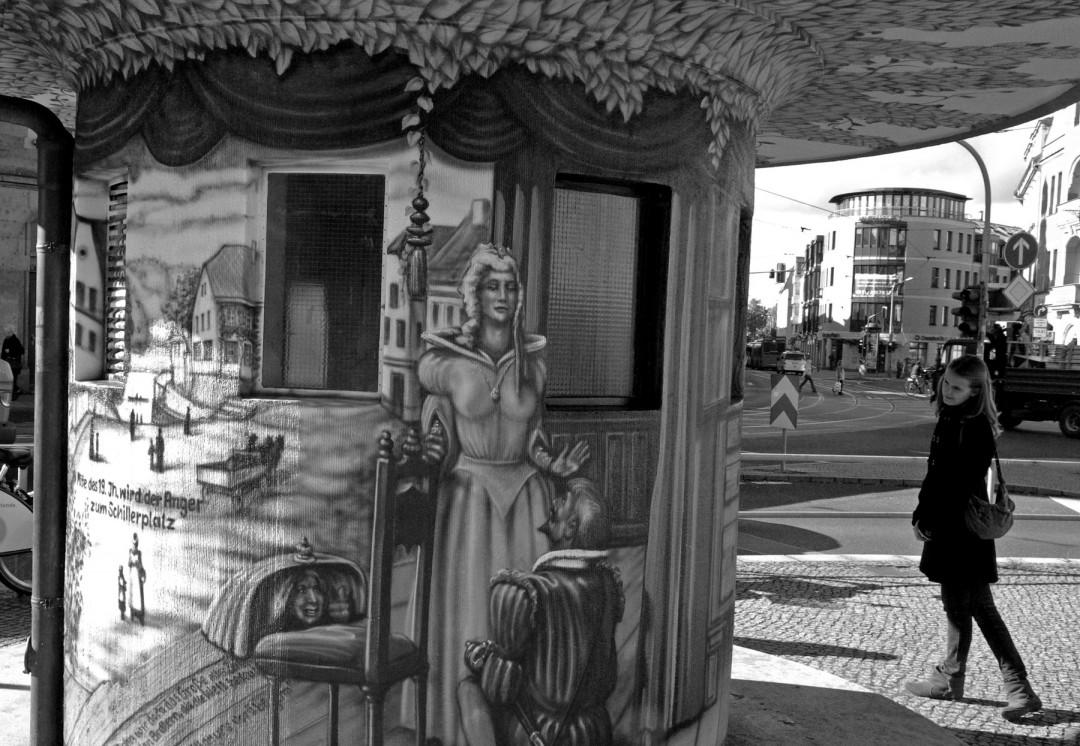 Farbige (Sprayer-)Neufassung 2009: Bühnenheld Don Carlos lässt sich von einer Souffleuse weiterhelfen. Foto: Jürgen Frohse
