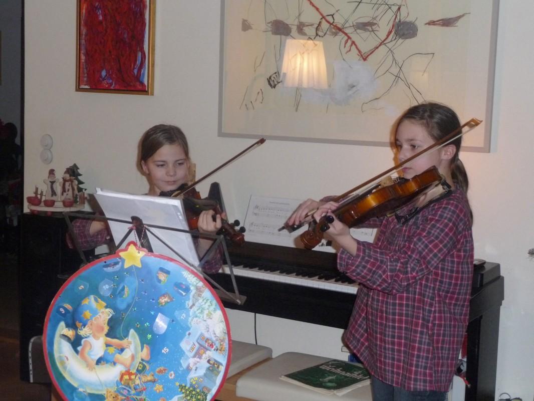 Die Töchter Flora (links) und Nele (rechts) Flegel überraschten die Adventsgäste 2009 mit Geigenklängen.  Foto: Familie Flegel