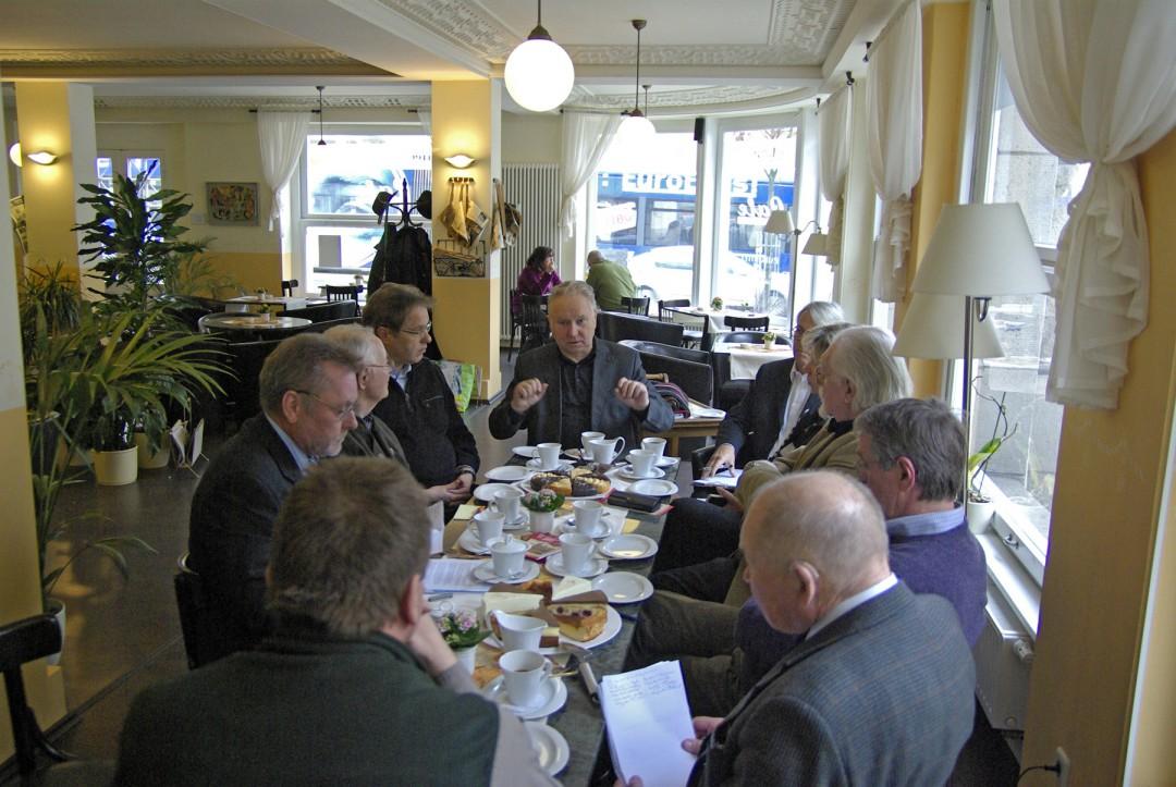 """Berndt Dietze (Mitte) offenbarte sein Pläne und Visionen im """"Café Marlia"""". Foto: Jürgen Frohse"""