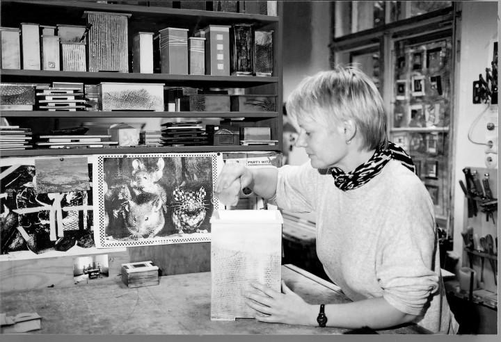 Simone Wagner bei letzten Arbeiten an ihren Gefäßen in der alten Wachwitzer Schule Foto: Jürgen Frohse