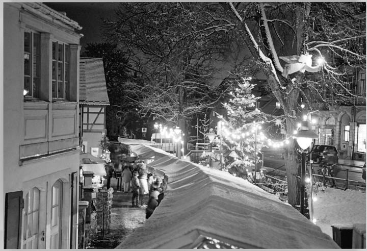 Der Loschwitzer Weihnachtsmarkt, wie jedes Jahr aufgebaut von vielen ehrenamtlichen Aktiven des Elbhangfest e. V. Seit 2003 ist er geschmückt mit dem von Reinhold Herrmann gestalteten Christengel. – Dieses Motiv ist auch als Ansichtskarte erhältlich.  Foto: Jürgen Frohse