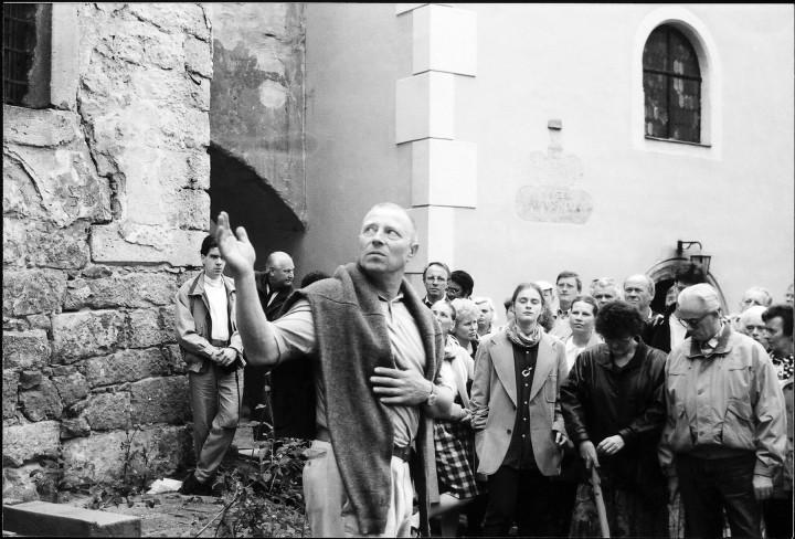 Führung mit Volker Berthold durch das Landschloss Zuschendorf im  September 1993. Foto: Jürgen Frohse