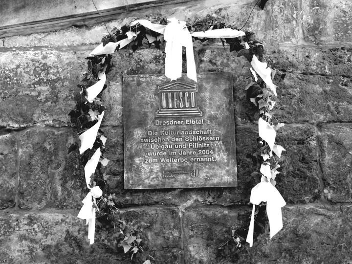 Welterbe-Bronzetafel an der Mauer vor der Loschwitzer Kirche, finanziert von der Dresden Werbung und Tourismus GmbH. Foto: Holger Friebel