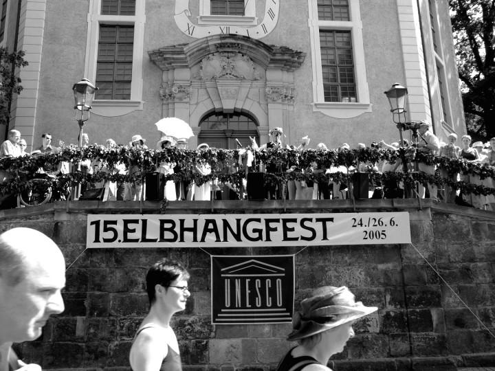 """Das Elbhangfest und das Unesco-Symbol: Mit der Verleihung des Welterbe-Titels wurde auch das 15-jährige Bemühen des Elbhangfest e. V. um die kulturelle und denkmalpflegerische Ausgestaltung gewürdigt. Leuchtzeichen begrüßten """"die Welt"""" am Hang – und der """"betrunkene Sachse"""" Olaf Böhme gab seinen Senf dazu. Foto: Holger Friebel"""