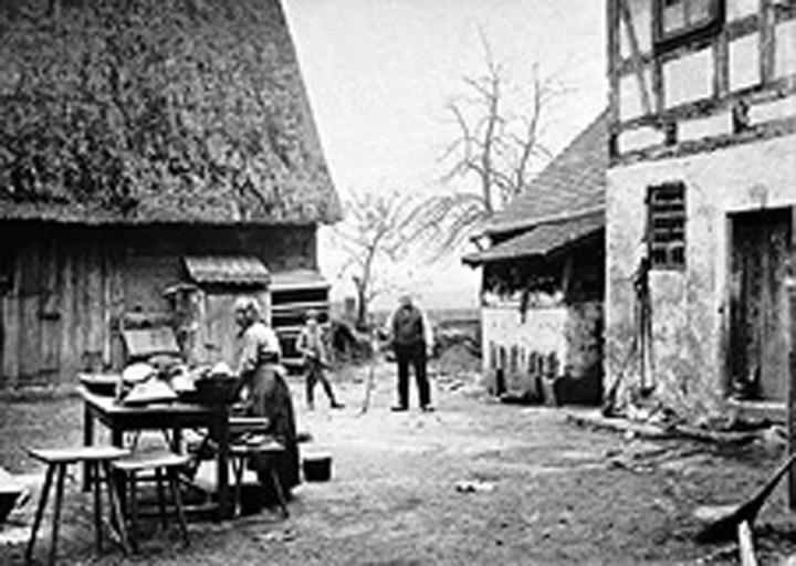 Abwasch im Hof – Carl Oskar Unrasch (rechts) vermutlich mit seiner Frau Amalie Auguste, um 1890.  Foto: Album Leistner im Kupferstichkabinett, Reproduktionen Elbhang-Photo-Galerie