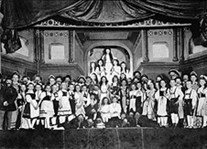 """Theateraufführung Bühlauer Schulkinder im Jahre 1910 im großen Saal des """"Kurhauses Bühlau""""."""