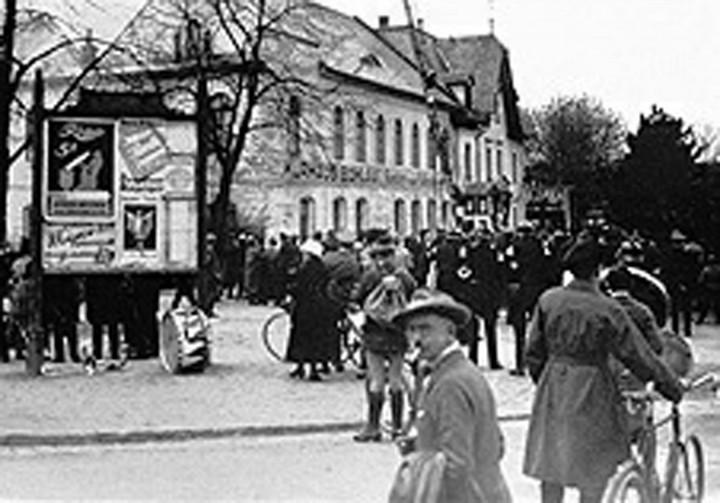 Zu Feuerwehrbällen war ganz Bühlau auf den Beinen, um 1920. Ansichtskarten und Fotos: Archiv R. Lorenz