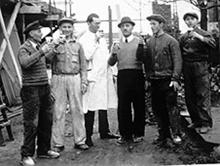 Drogist Johannes Köhler erweiterte 1938 seine Drogerie. Beim Richtfest stoßen die Arbeiter mit Johannes Köhler (Dritter von links) und Paul Schwarz (Vierter von links) auf eine erfolgreiche Drogerie-Entwicklung an.