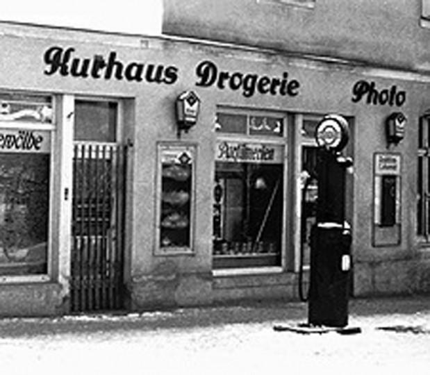 Drogerie Köhler mit der Tanksäule vor dem Geschäft, um 1940
