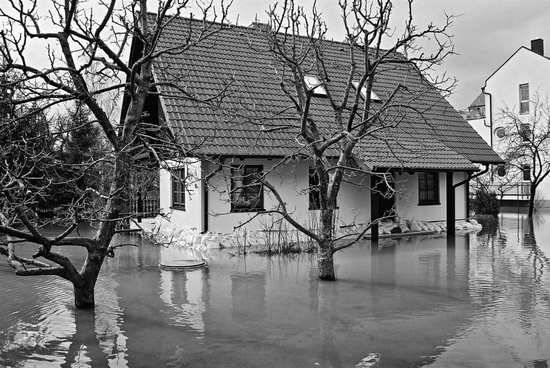 Wenige Zentimeter Wasser im Fußboden reichen, um Fertigteilhäuser zu bedrohen. Foto: Jürgen Frohse