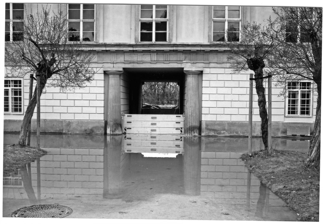 Das Schottsystem des Pillnitzer Schlosses – hier Schott am Durchgang zur Elbe – hielt am Fliederhof das Wasser von den Erdgeschossräumen zurück. Foto: Dieter Fischer