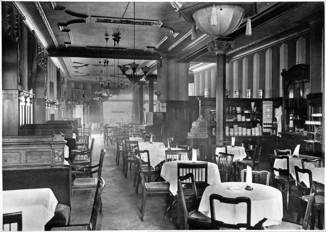 Im Stil der Gründerzeit präsentierte sich das Café um 1900. Ein Klavier und Notenständer im Hintergrund lassen auf die Pflege von Caféhaus-Musik schließen. Foto: Sammlungen Bergner und Eisold