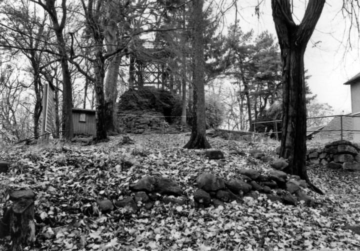 """""""Eremitage"""" auf dem Borsberg, im Vordergrund Reste der Steinterrassen, auf denen Ende des 18. Jahrhunderts vermutlich die Zeltbuden standen, 2006. Foto: Stefanie Melzer"""