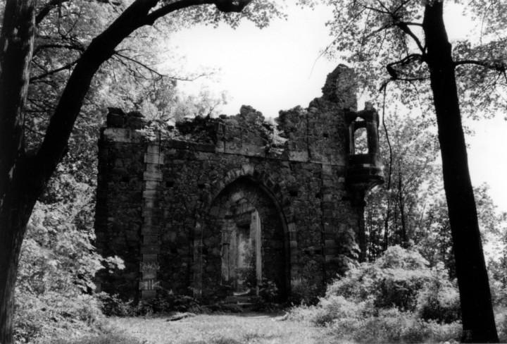Die künstliche Ruine, von außen bereits im 18. Jahrhundert als verfallenes Gemäuer konzipiert, innen enthielt sie einen prächtig ausgestatteten Speisesaal, 2006. Foto: Stefanie Melzer