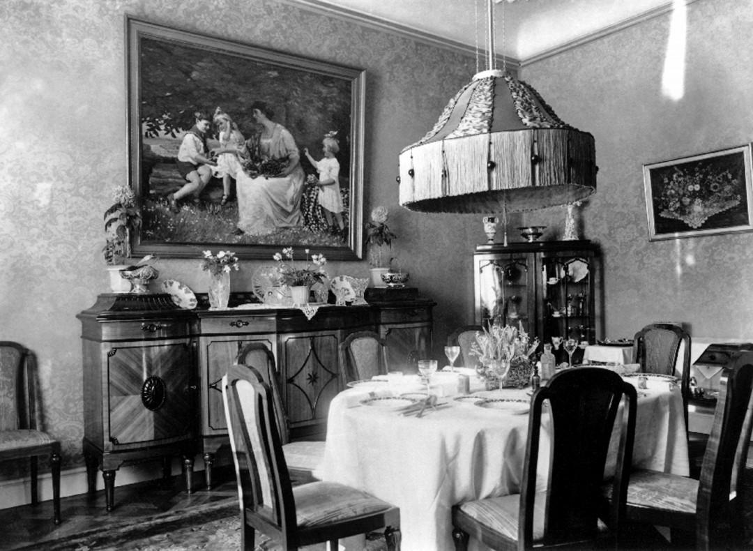 Speisezimmer der Familie von Mayenburg auf Schloss Eckberg mit dem von Walther Beyermann gemalten Familienidyll.  Foto: Sammlung Hötzsch