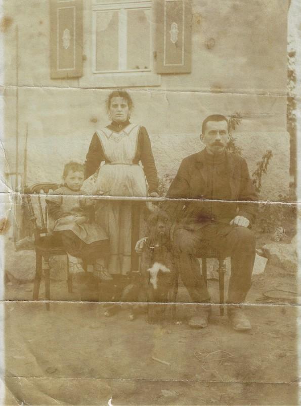 Fritz und Elisabeth Rätze mit Tochter Liesbeth im Garten vor Haus Rodelweg 5, um 1913/14. Foto: Familienarchiv Theiler