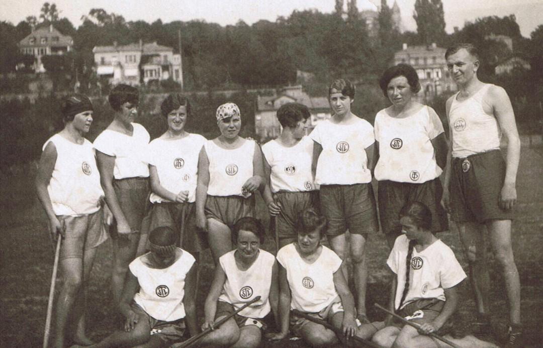 Liesbeth Theiler; Mitglied im Turn- und Sportverein Loschwitz (TSL); Abteilung Schlagball, etwa 1929/30; hintere Reihe 2. von rechts direkt neben dem Trainer. Foto: Archiv Theiler