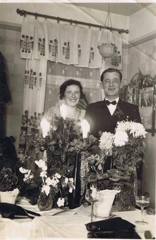 Liesbeth Theiler (26 Jahre) und ihr Mann Herbert Theiler bei ihrer Hochzeitsfeier 1935. Foto: Archiv Theiler