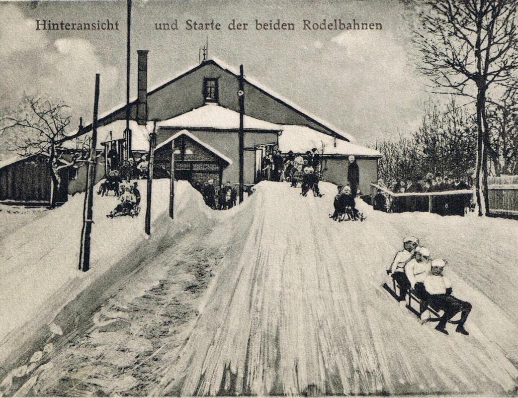 Gasthof Ober-Rochwitz mit Konzertsaal in den 20er Jahren. Links daran vorbei führte der Rodelweg mit dem Startplatz der Rodelbahn hinter dem Saal. Foto: Archiv Theiler