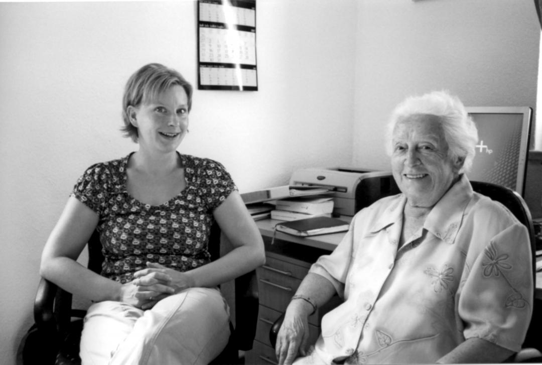 Elsbeth Zeibig im Gespräch mit Anja Klemm, Leiterin der Seniorenbegegnungsstätte seit 2004. Foto: Wolfgang Götz