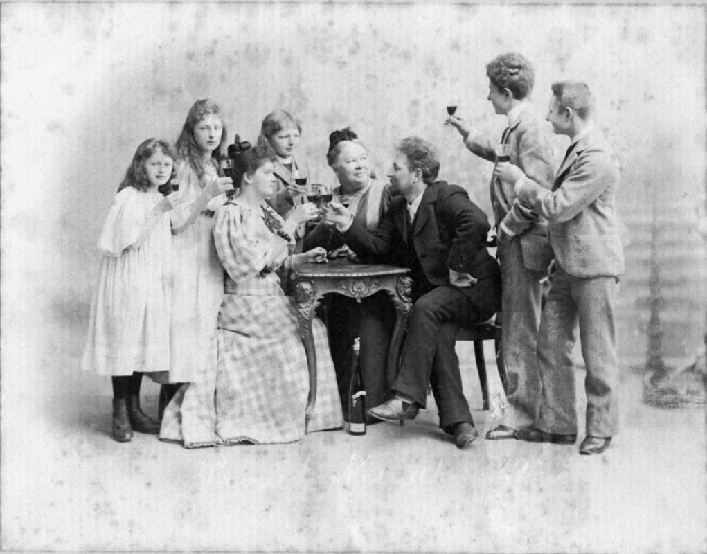 Alma und James Aurig mit den Söhnen Ronald, James Hugo und Erhard, den Töchtern Elsa Alma und Erna Bianca sowie einer weiteren Bekannten. Foto: Atelier Aurig (Archiv Friedrich Aurig)