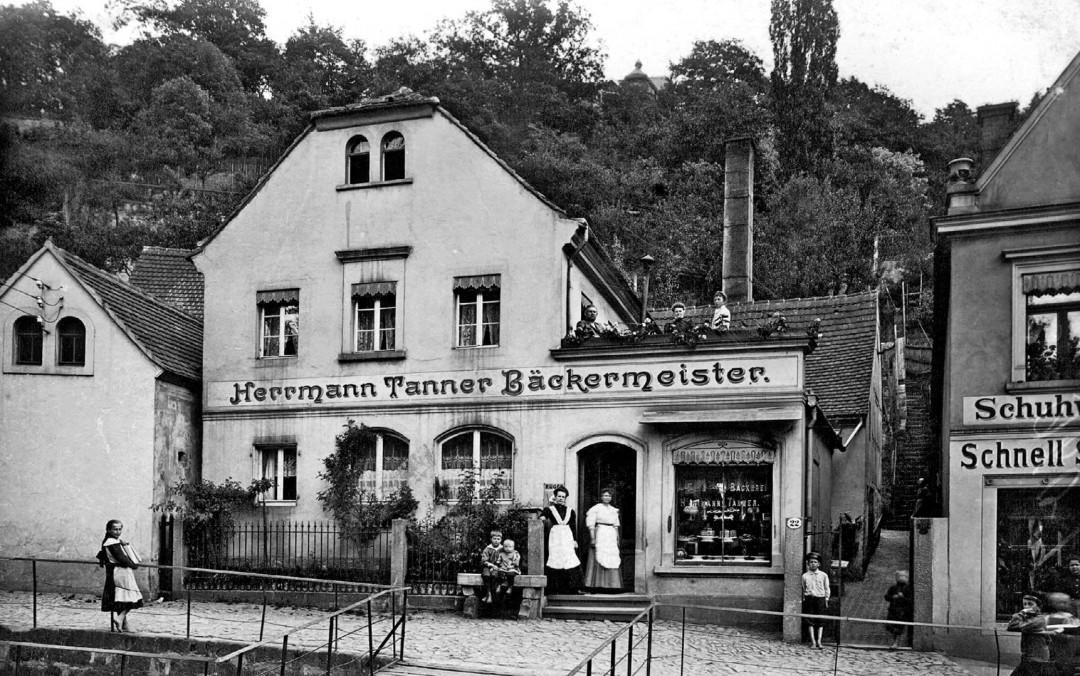 Herrmann Tanners Bäckerei, um 1908. Auf dem Dachgarten stehen Antonia und Herrmann Tanner (1854 – 1935) sowie ein Ladenmädchen und vor dem Geschäft sind die Töchter Johanna und Meta Tanner zu sehen. Foto: Archiv Olaf Bernstengel