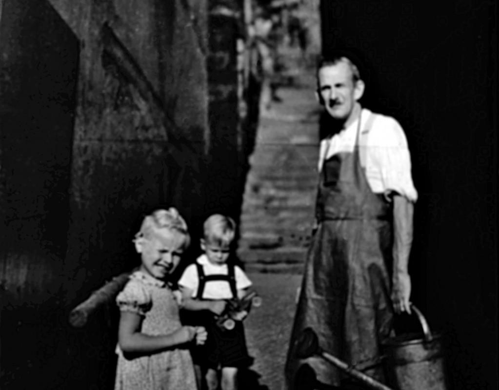 Bäckermeister William Tanner mit den Enkeln Bärbel und Werner. Foto: Archiv Werner Ringel