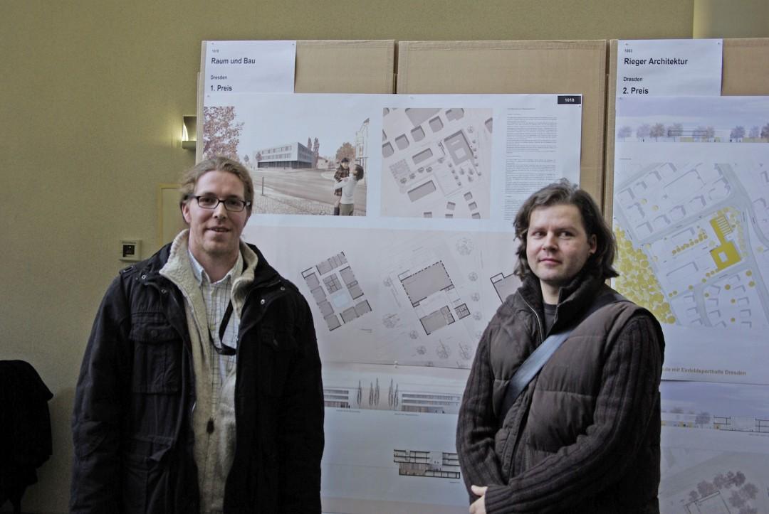 """Architekt Ralph Hengst und Innenarchitekt Alexander Krippstädt vom Architekturbüro """"Raum und Bau"""" vor ihren Schulhausplänen.  Foto: Jürgen Frohse"""