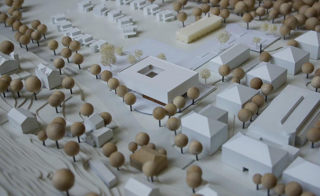 Modell des 1. Preises, von den Loschwitzer Hängen gesehen. Rechts die Gebäude der Loschwitz-Arkaden.  Foto: Jürgen Frohse