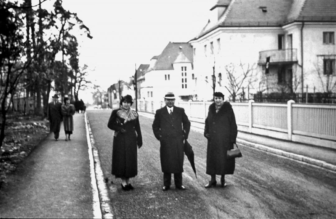 Blick in die Straße Am Bauernbusch im Jahre 1940 mit Martha und Kurt Mühlbauer und deren Tochter Charlotte. Foto: Sammlung Lorenz