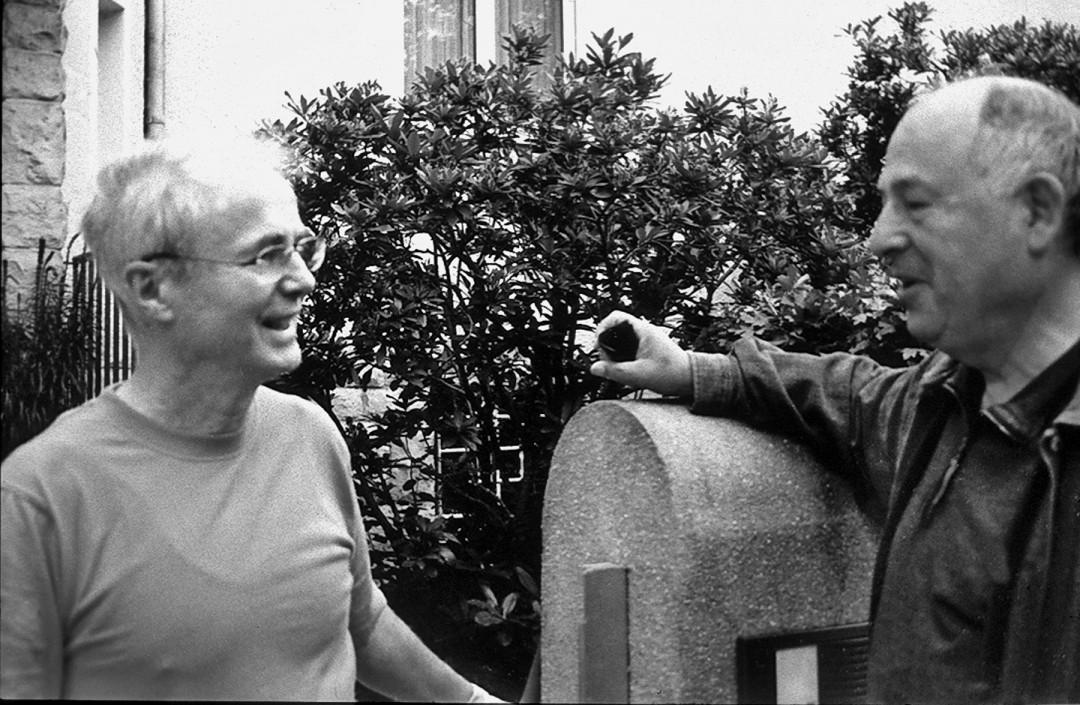 Chefarzt Dr. Kelly (links) mit Dr. Langer im Gespräch über den Gartenzaun. Foto: Sammlung Lorenz