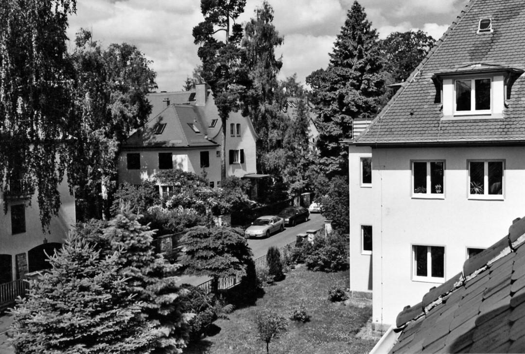 Blick vom Zobelschen Haus in die Straße Am Bauernbusch mit gepflegten Gebäuden und Bäumen der Dresdner Heide. Foto: Sammlung Lorenz
