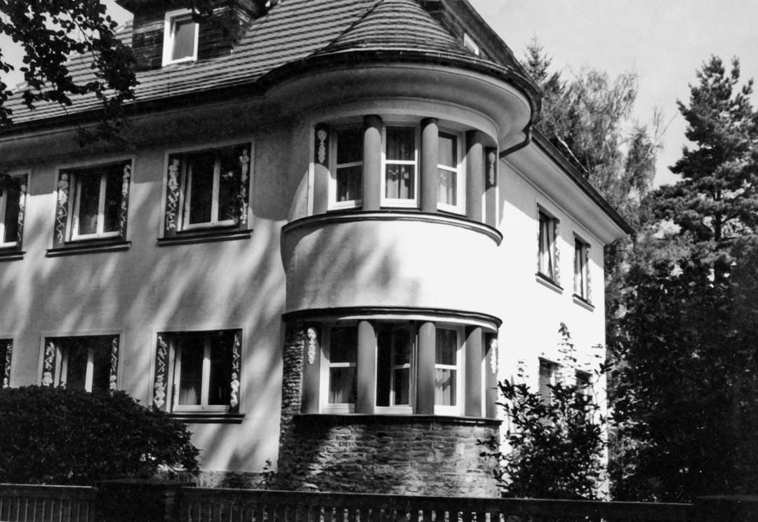 """Das von Martin Walser beschriebene Haus Am Bauernbusch 22 mit der """"Zuckerbäckerei"""". Foto: Sammlung Lorenz"""