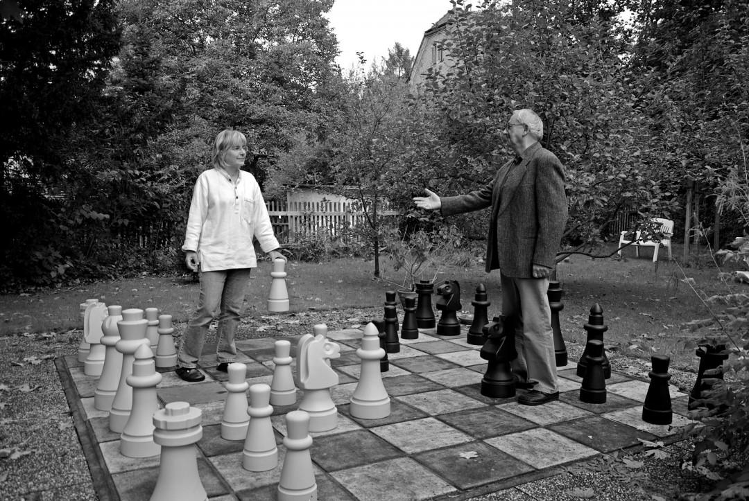 Monika und Manfred Mädler beim Gartenschach am Haus in Blasewitz. Foto: J. Frohse
