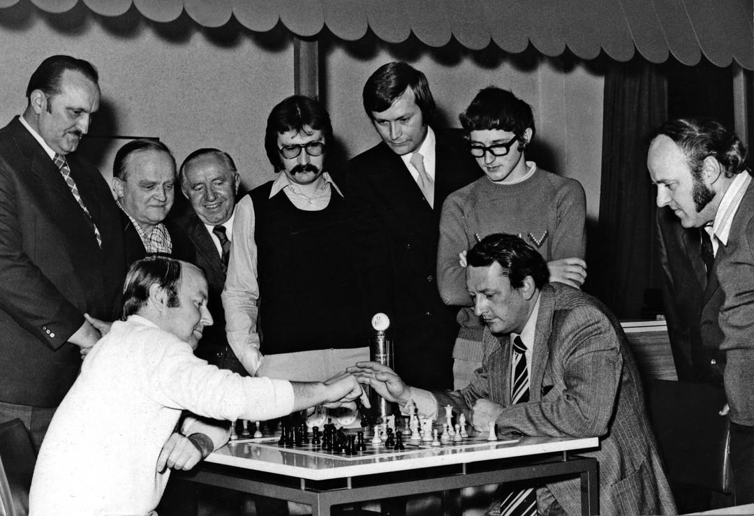 Manfred Mädler (rechts) in Lübeck beim städtischen Pokalausscheid, 1975. Foto: privat