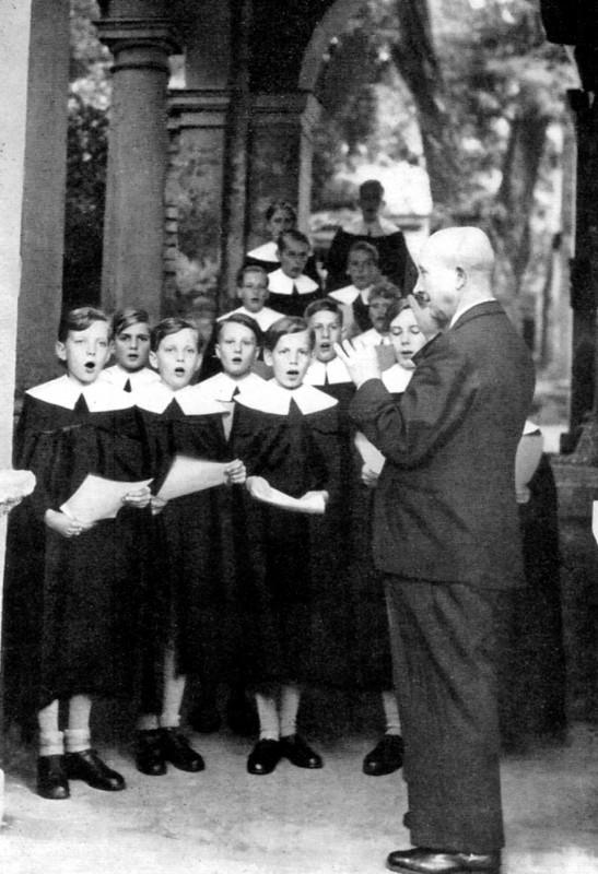 Prof. Mauersberger mit Sängerknaben. Rechts Peter Schreier. Foto: Bildbiografie